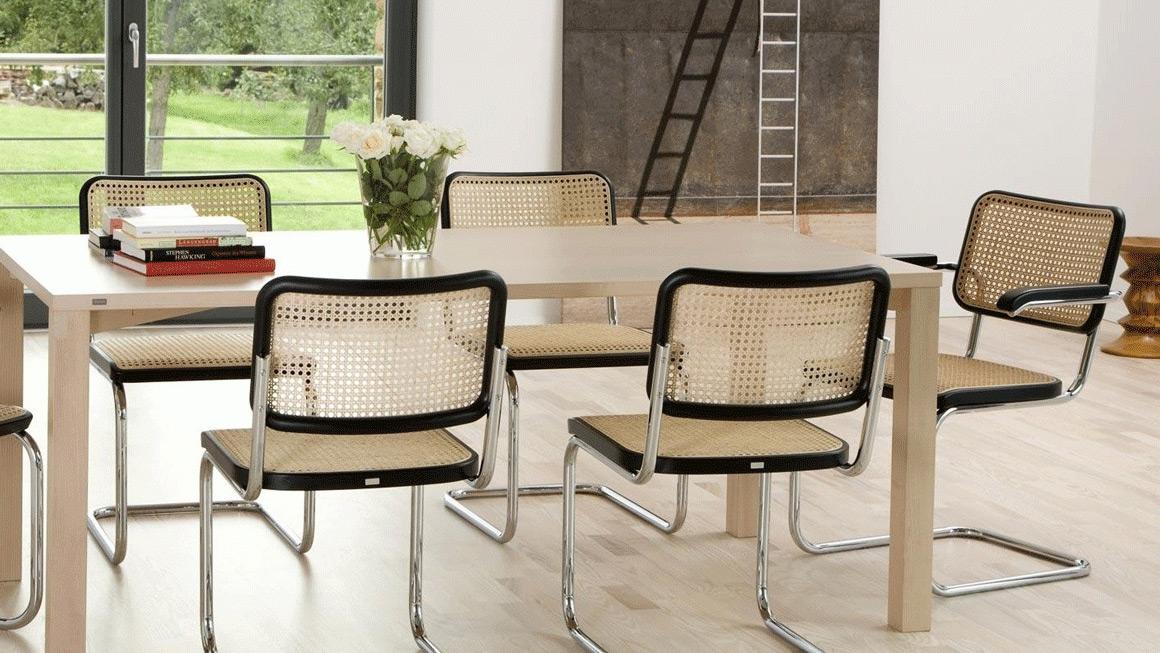 sala da pranzo con sedie cantilever
