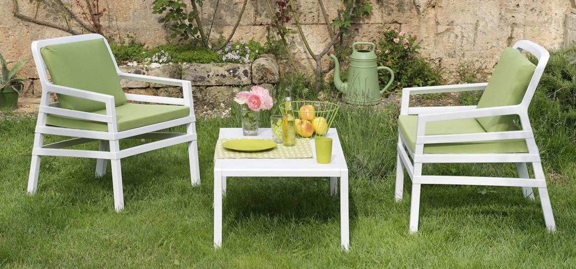 poltrone e tavolino in giardino Nardi